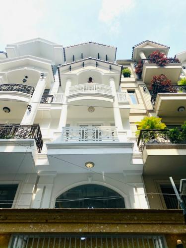 Nhà phố thiết kế phong cách phương Tây, nội thất đầy đủ.