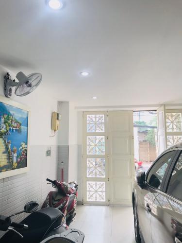 Cửa chính nhà phố quận Phú Nhuận Bán nhà phố đường Trần Huy Liệu, phường 8, quận Phú Nhuận, diện tích đất 108.8m2, sổ hồng đầy đủ.