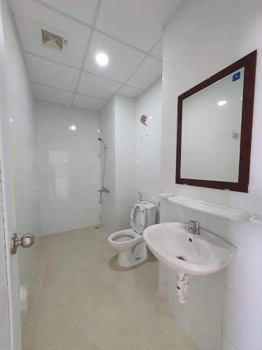 Phòng tắm căn hộ Topaz Elite Căn hộ Topaz Elite không nội thất, ban công hướng Tây Nam.