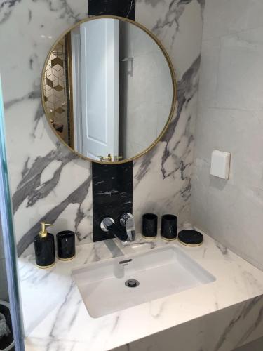 Phòng tắm Sunrise Cityview, Quận 7 Căn hộ Officetel Sunrise City View tầng trung, ban công thoáng mát.