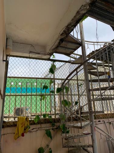 Cầu thang nhà phố Nhà phố diện tích đất 49m2 hướng Đông Nam, đường xe hơi.