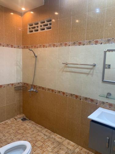 Phòng tắm nhà phố Mai Văn Ngọc, Phú Nhuận Nhà mặt tiền Phú Nhuận, diện tích rộng, nội thất cơ bản.