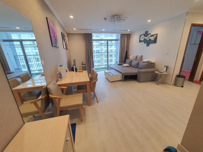 Căn hộ tầng 20 Vinhomes Central Park gồm 1 phòng ngủ, đầy đủ nội thất.