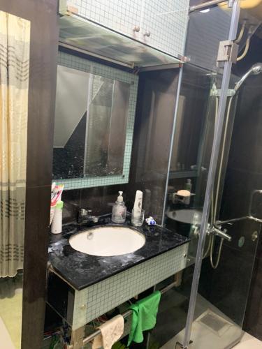 phòng tắm nhà phố Quận 4 Nhà hẻm 2.5m Quận 4, nội thất cơ bản, cách Nguyễn Tất Thành 500m.