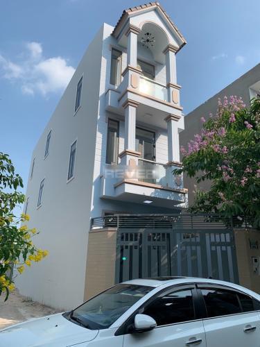 Nhà 3 tầng có 2 mặt tiền Quận Thủ Đức hướng Tây Bắc, nội thất cơ bản.
