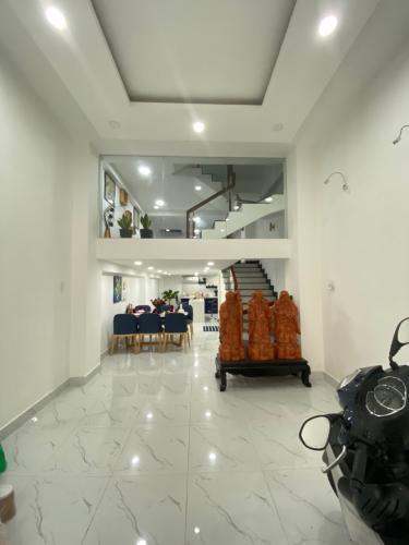 Bán nhà phố 3 tầng mặt tiền đường Thích Quảng Đức, phường 4, Phú Nhuận, diện tích đất 61.3m2, diện tích sàn 210m2.