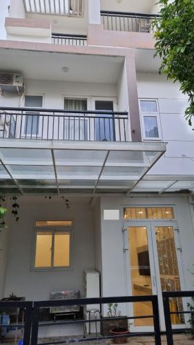 Nhà phố KDC Park Riverside gồm 1 trệt 2 lầu, có sổ hồng riêng.