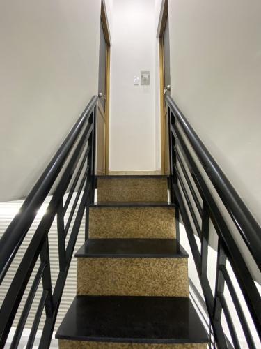 Cầu thang  nhà phố Nhà phố hẻm xe máy diện tích đất 3mx11m, hướng Bắc.