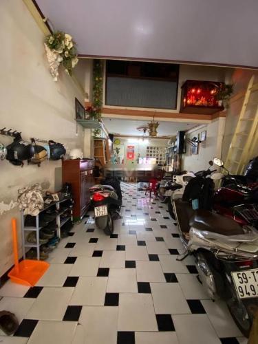 Bên trong nhà phố Cô Giang, Quận 1 Nhà phố có giếng trời thoáng mát, chỗ đề xe rộng rãi.