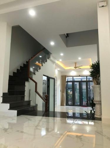 Phòng khách Huỳnh Tấn Phát, Quận 7 Nhà phố hướng Nam, 2 mặt tiền hẻm xe hơi rộng rãi, an ninh.