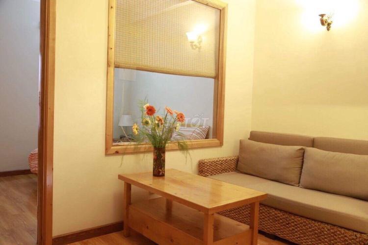 Căn hộ dịch vụ rộng 45m2, phòng khách, phòng ngủ riêng.