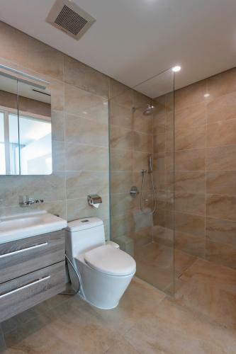 Phòng tắm Léman Luxury Apartment Căn hộ Léman Luxury Apartments đủ tiện nghi, view tầng cao đón gió.