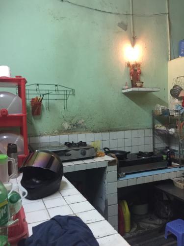 khu vực bếp nhà phố quận 1 Bán nhà hẻm Đề Thám 2m, ban công và cửa hướng Tây  Nam.