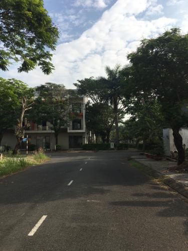 Đường trước nhà phố Quận 9 Nhà phố KDC Hưng Phú kết cấu 1 trệt 3 lầu, có Gara để xe hơi trong nhà.