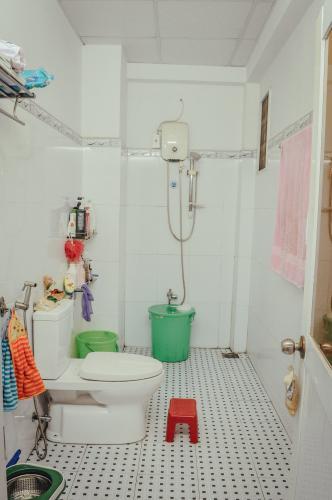 Toilet Nhà phố hướng Bắc, hẻm bê tông sạch sẽ rộng rãi.