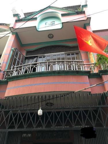 Nhà phố diện tích 50m2 kết cấu 1 trệt 2 lầu, cách ngã tư Bốn Xã 100m.