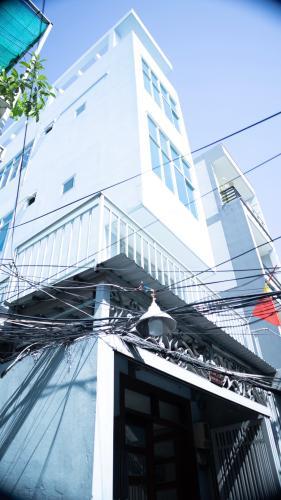Nhà phố được thiết kế với tone màu trắng, lối dắt xe riêng.