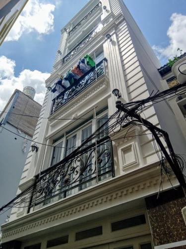 Bán nhà mặt tiền Q. Phú Nhuận hướng Đông Bắc có sân thượng thoáng mát.