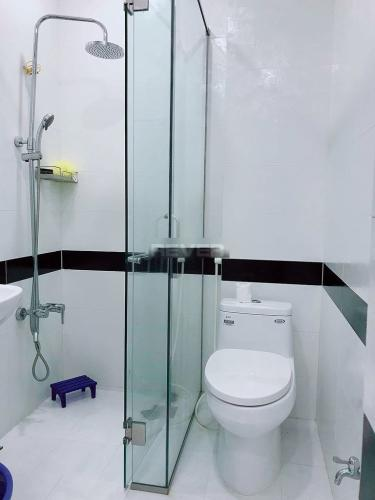 Phòng tắm nhà phố Phú Nhuận  Nhà phố hẻm xe hơi, diện tích sử dụng 144m2 hướng Tây Nam.