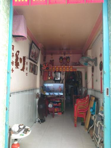 Phòng khách nhà phố Nhà phố Tân Phú hướng Đông Bắc diện tích đất 2.2mx12m, hẻm xe máy.