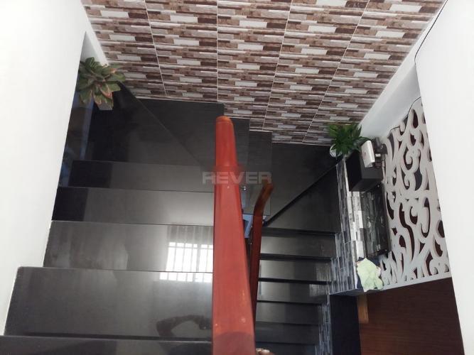 Cầu thang nhà phố Đoàn Văn Bơ, Quận 4 Nhà phố hướng Đông Bắc, đường trước nhà 5m, xe hơi qua lại.