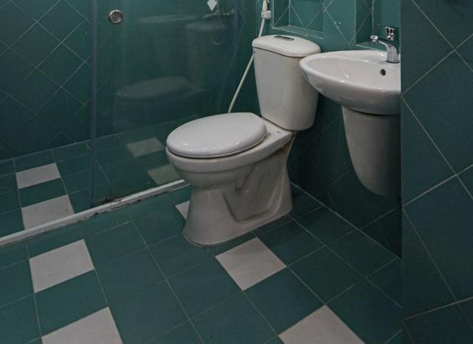 Phòng tắm căn hộ chung cư Hưng Vượng 2 Căn hộ chung cư Hưng Vượng 2 đầy đủ nội thất, cửa chính hướng Nam.
