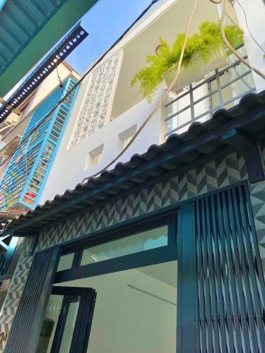 Nhà phố cửa hướng Đông hẻm xe máy thoáng mát, nội thất cơ bản.