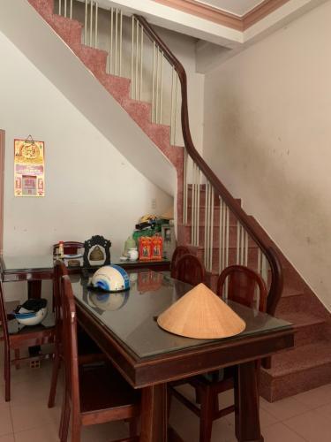 Phòng khách nhà phố Âu Dương Lân, Quận 8 Nhà phố hướng Tây Bắc, khu dân cư an ninh, hiện hữu lâu đời.