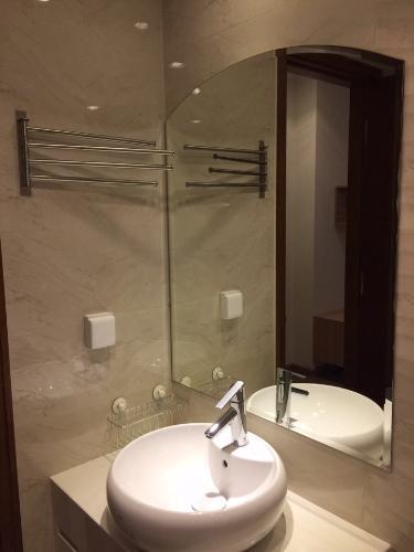 Phòng tắm căn hộ Vinhomes Central Park , Quận Bình Thạnh  Căn hộ tầng 24 Vinhomes Central Park bàn giao đầy đủ nội thất.