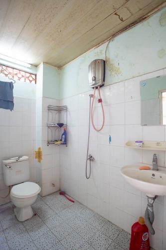 Toilet nhà phố Quận 4 Nhà 2 tầng hẻm Đoàn Văn Bơ, có 9 phòng trọ phù hợp kinh doanh cho thuê