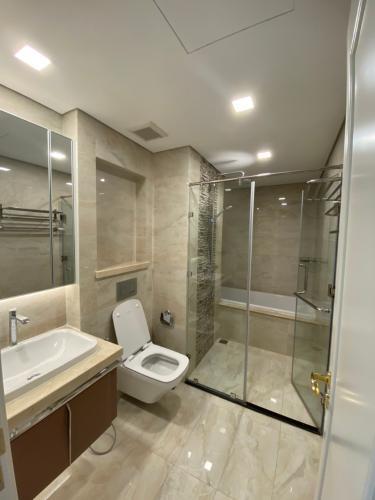 toilet Căn hộ Vinhomes Golden River tầng cao, nội thất đầy đủ.