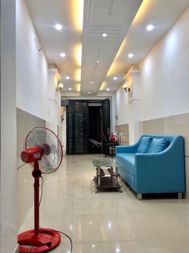 phòng khách nhà phố quận 4 Bán nhà hẻm Đoàn Văn Bơ, nội thất cơ bản, diện tích 2.46x17.3m.