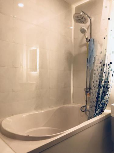 Phòng tắm căn hộ dịch vụ Quận 1 Căn hộ Dịch vụ cao cấp hướng Đông Bắc, view thành phố tuyệt đẹp.