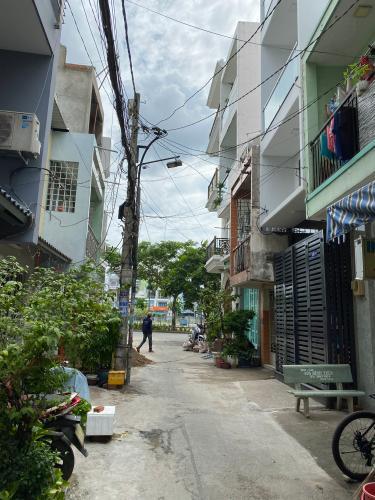 Đường nhà phố Phạm Văn Chí, Quận 6 Nhà phố hướng Đông Nam, hẻm 6m cách mặt tiền 3 căn nhà.