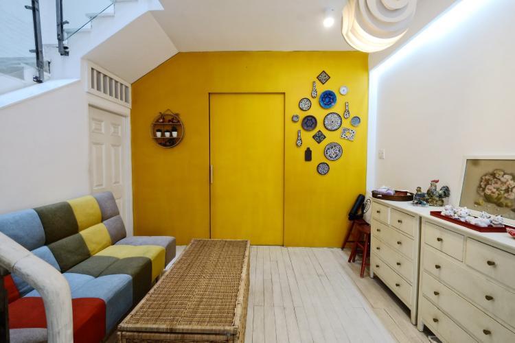 Phòng khách Nhà phố thiết kế hiện đại, tiện nghi, hẻm 5m rộng rãi.