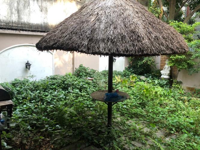 Sân vườn biệt thự Biệt thự Thảo Điền Quận 2 trang bị đầy đủ nội thất, khu vực an ninh.