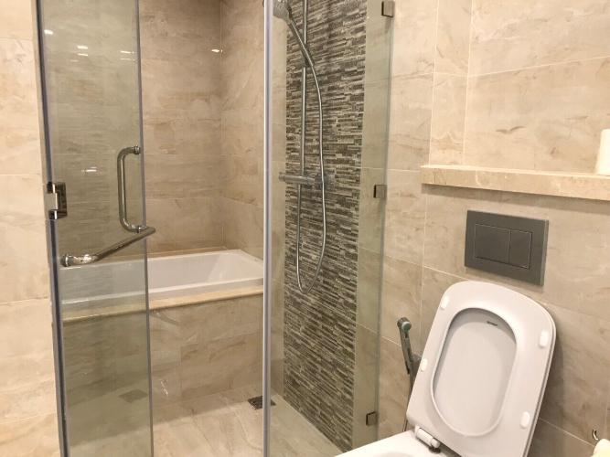 toilet Căn hộ Vinhomes Golden River tầng cao, view tòa Landmark 81.