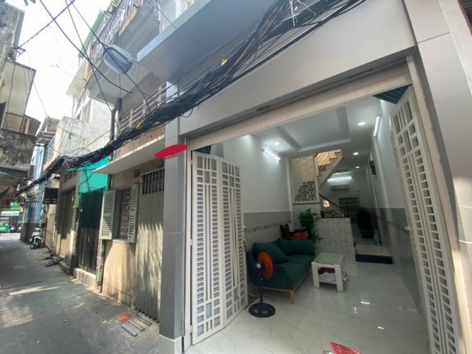 Nhà phố hướng Đông Nam, hẻm thông thoáng, nội thất tiện nghi.