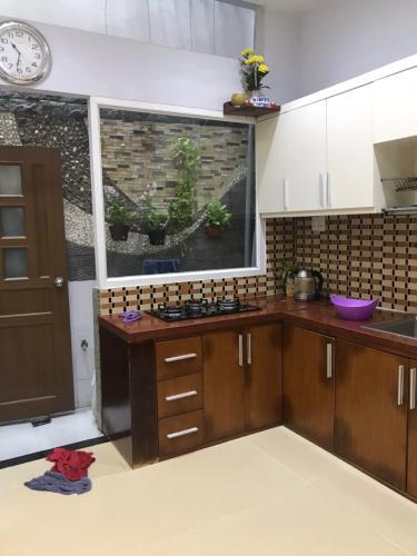 Phòng bếp nhà phố Bờ Bao Tân Thắng, Tân Phú Nhà phố hướng Đông, hẻm xe hơi quay đầu thông thoáng.