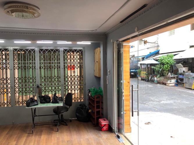Phòng khách nhà phố Lê Văn Sỹ, Quận 3 Nhà 2 mặt tiền hẻm xe tải hướng Đông, sau lưng chợ Nguyễn Văn Trỗi