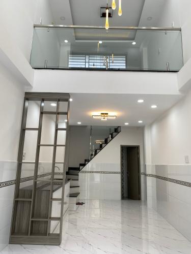Phòng khách nhà phố Phạm Văn Chí, Quận 6 Nhà phố hướng Đông Nam, hẻm 6m cách mặt tiền 3 căn nhà.