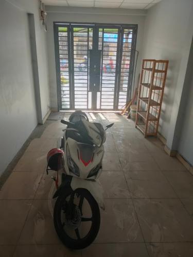 Không gian nhà phố Quận Tân Bình Nhà phố 2 mặt tiền hẻm Quận Tân Bình hướng Tây Nam, có sổ đỏ.