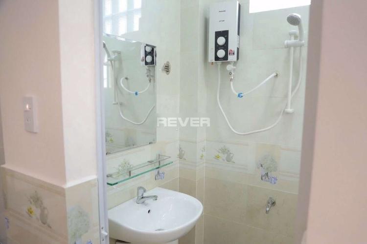 Phòng tắm nhà Phú Mỹ, Bình Thạnh Nhà phố Bình Thạnh nội thất cơ bản còn mới, hướng Đông.