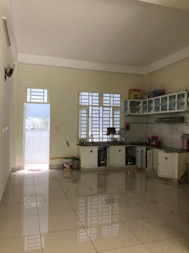 Phòng bếp nhà phố Nhà phố Bình Tân kết cấu 1 trệt 1 lầu, kèm nội thất cơ bản.