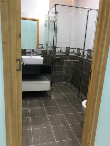 Phòng tắm nhà phố Nhà phố cửa hướng Đông hẻm xe hơi rộng, kết cấu 3 tầng.