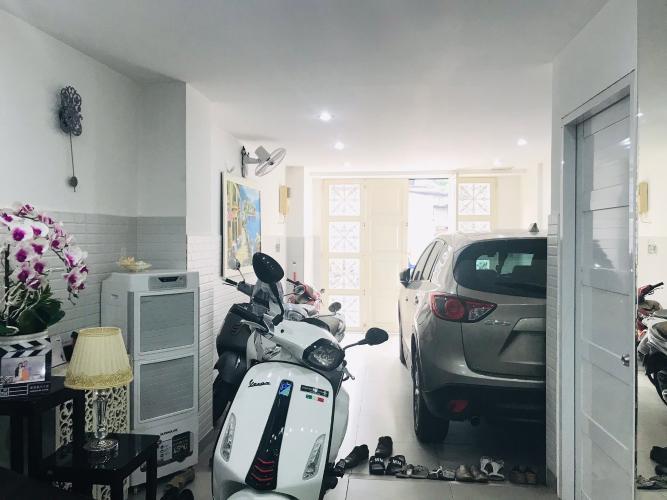 chỗ đậu ô tô nhà phố quận Phú Nhuận Bán nhà phố đường Trần Huy Liệu, phường 8, quận Phú Nhuận, diện tích đất 108.8m2, sổ hồng đầy đủ.