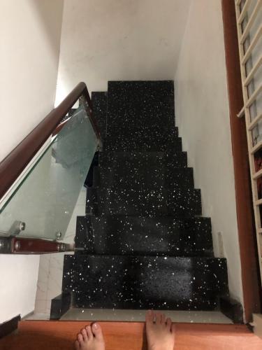 Cầu thang nhà phố Nguyễn Trãi, Quận 1 Nhà phố hướng Tây Nam, sàn phòng ngủ lót gỗ, diện tích 51m2.