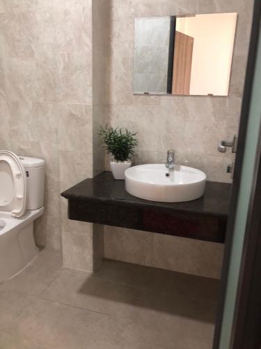 Phòng tắm nhà phố Huỳnh Tấn Phát, Quận 7 Nhà phố hướng Nam, 2 mặt tiền hẻm xe hơi rộng rãi, an ninh.
