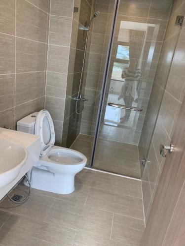 Toilet Vinhomes Grand Park Quận 9 Căn hộ Vinhomes Grand Park tầng trung, phòng khách view thoáng mát.