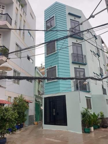Nhà phố kết cấu 1 trệt 2 lầu và sân thượng nội thất cơ bản, có sổ hồng.